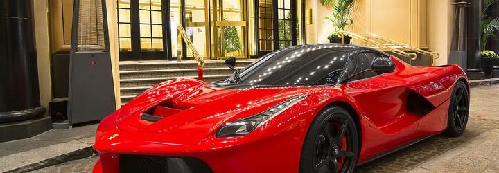 Kylie Jenner dostala od otce své dcerky Ferrari LaFerrari za 1,4 milionu dolarů. Raper ji odměnil za bezproblémový porod