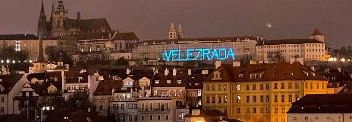 """Světelný nápis """"velezrada"""" na Pražském hradě nebyl přestupek ani trestný čin, rozhodla policie"""