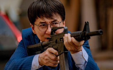 66-ročného Jackieho Chana naháňa v traileri na akčný film Vanguard lev
