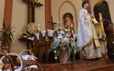 Veriaci budú Veľkú noc tento rok sláviť len doma. Verejné omše nebudú, rozhodli biskupi.