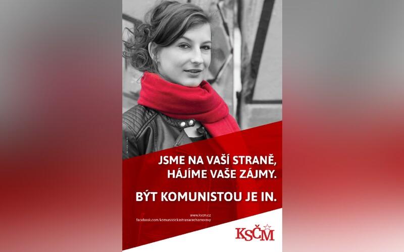 KSČM dala na plakát modelku z fotobanky s heslem, že být komunistou je in. Nakonec ji smazala.