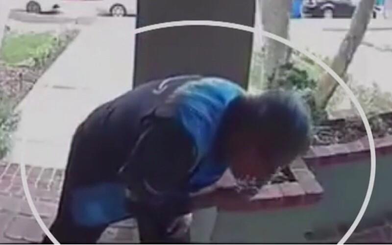 Kurýr si plivl na ruku a sliny rozetřel po doručeném balíčku. Nechutný čin zachytila bezpečnostní kamera.