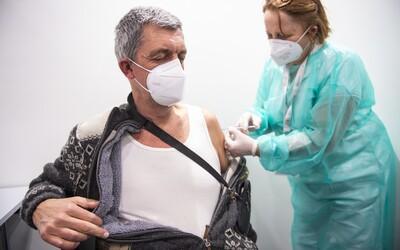 K očkování se registrovala polovina Čechů. Mladí s vakcinací otálejí, riziková skupina ji využila takřka naplno.