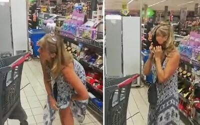 Žena si stiahla nohavičky a použila ich ako rúško, keď ju v obchode bez ochrany tváre odmietli obslúžiť.