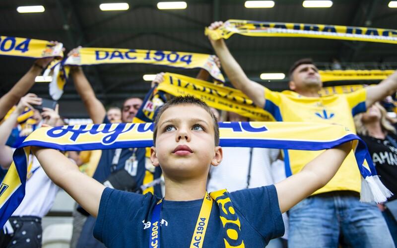 Prvý futbalový zápas po uvoľnení opatrení odohrali v Dunajskej Strede: Fanúšikom chýbali rúška a sedeli si, ako sa im zachcelo.