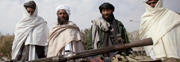 Ozbrojení tálibové si užívali na šlapadlech ve tvaru labutí. Unikly další bizarní fotky z Afghánistánu