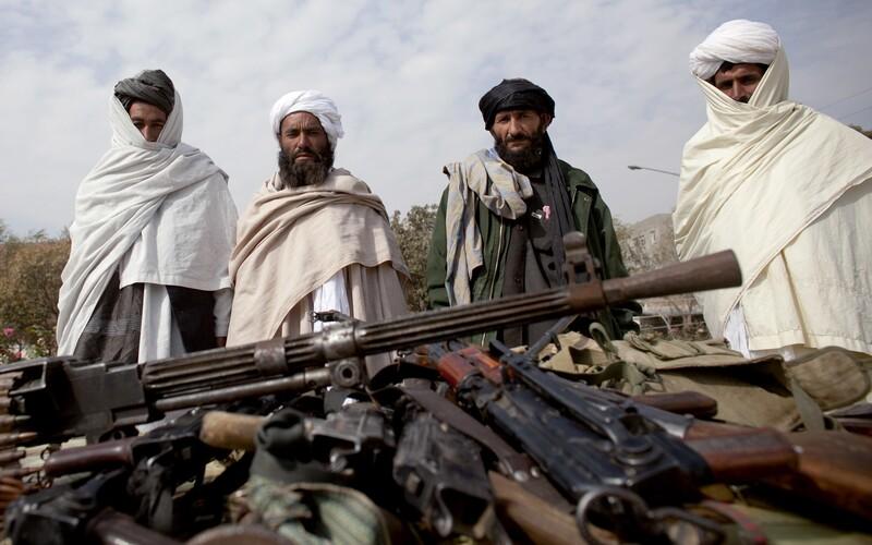 Členové Tálibánu se mezi sebou porvali přímo v prezidentském paláci v Kábulu, píše BBC.