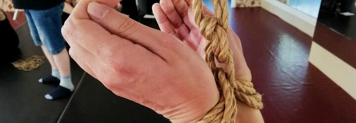 Na bondage workshopy chodia najmä ženy, ktoré tam dotiahnu svojich hanblivejších partnerov. Ako taký workshop prebieha? (Reportáž)