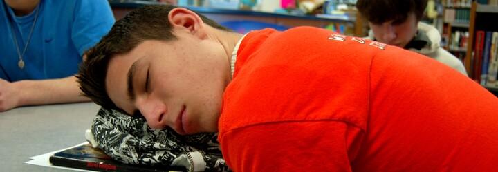 Tínedžeri kvôli sociálnym sieťam vstávajú v skorých ranných hodinách, čo im spôsobuje ťažkosti. Spoznávaš sa aj ty?