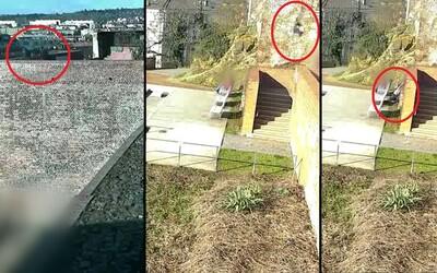 Sedmnáctiletá dívka se zřítila z brněnských hradeb. Pád zachytila kamera.