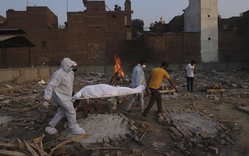 Nechutný biznis s covidom v Indii: staré hasiace prístroje premaľujú a naplnia kyslíkom. Ľuďom však môžu vybuchnúť v rukách.