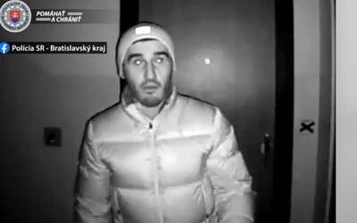 VIDEO: Zlodeji si takto značkujú byty v Bratislave. Na magnetické zámky lepia špeciálne nálepky, aby ich znefunkčnili.
