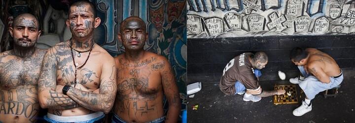Uvnitř vězení, do kterého strážníci ani nevstupují, protože se bojí o holý život. Ovládá ho salvadorský gang a funguje v něm vlastní pekárna či nemocnice