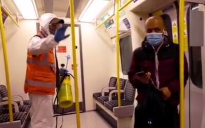 Pouličný umelec Banksy po prvýkrát na videu: Posprejoval londýnske metro s odkazmi o koronavíruse.