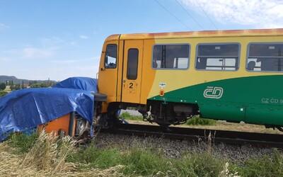 Další nehoda na českých kolejích: Vlak narazil do dodávky, zraněný řidič byl převezen do nemocnice.
