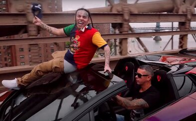 6ix9ine je poprvé v ulicích New Yorku, užívá si McDonald's a svou flotilu Lamborghini. Pusť si jeho nový klip