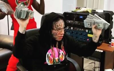 6ix9ine pracuje na albume, obklopuje sa hromadami 100-dolároviek. Vypočuj si novú skladbu.