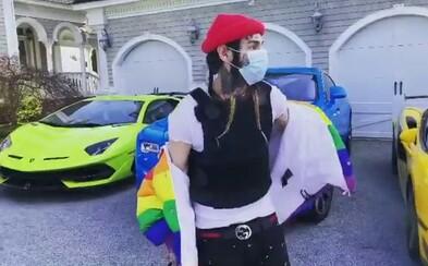 6ix9ine sa vysmieva raperom, ktorí si musia požičiavať autá do klipov. V nepriestrelnej veste ukazuje vozový park za milióny
