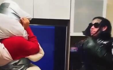 6ix9ine ukazuje svoje boxerské schopnosti, aby vysmial rivala, mech si spravil z frajerky. S ktorým raperom rozbehol beef?
