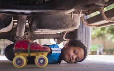 6-ročný chlapec podliezol 39 áut za jazdy na korčuliach. Drží svetový rekord