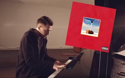 7 albumov, 21 piesní. Šikovný hudobník zahral na klavíri krásny prierez Kanyeho tvorbou