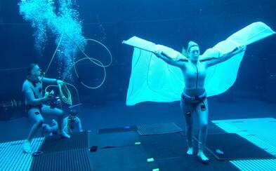 70letá Sigourney Weaver zadržela dech pod vodou na více než 6 minut. Na natáčení Avatara 2 ji pod vodou držela závaží