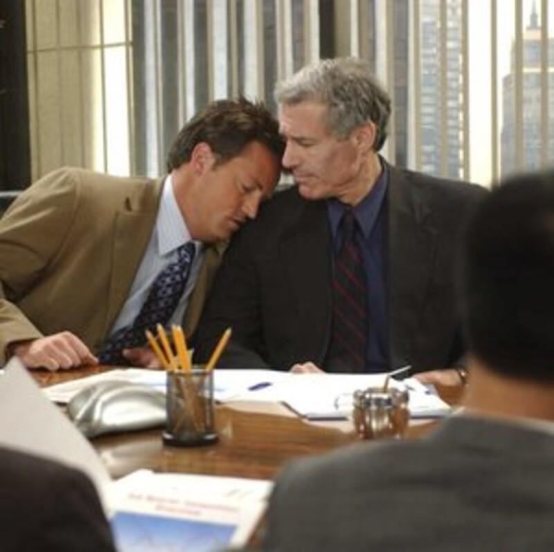 Do akého mesta musel ísť Chandler pracovať po tom, čo zaspal na porade?