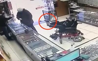 Hluchoněmý teenager na vozíčku se snažil přepadnout klenotnictví se zbraní z hračkářství. Pistoli držel nohama.