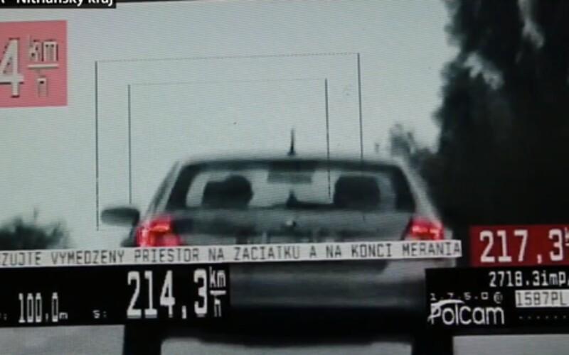 Mezi obcemi uháněl rychlostí 214 km/h. Řídil Fabii, se kterou není možné takové rychlosti dosáhnout.