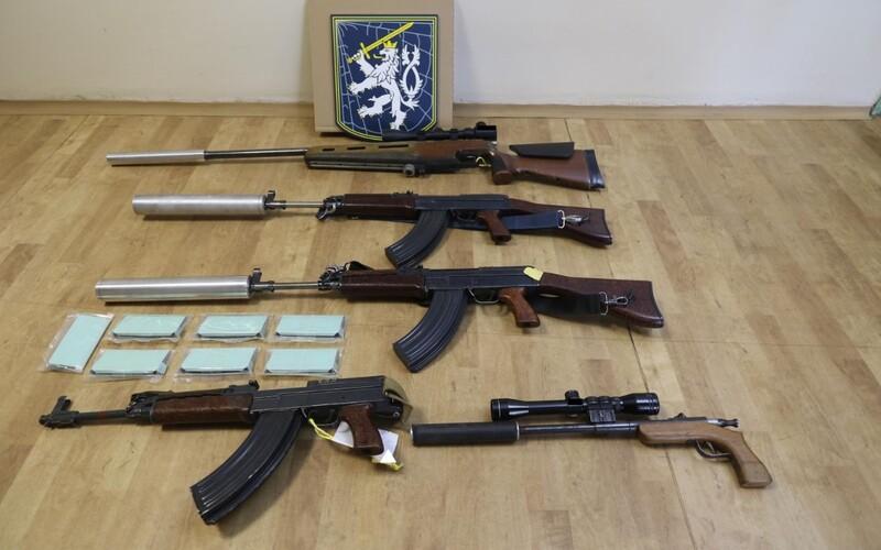 Policie zadržela tři samopaly, dvě pušky a střílející pero u čtveřice na jižní Moravě. Byla obviněna z nedovoleného ozbrojování.