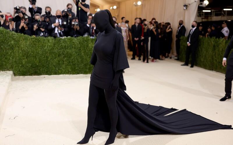 """Kim Kardashian zahalená v """"rúchu dementorov"""", brnenie s mečmi či šaty inšpirované Matrixom. Tu sú šialené outfity Met Gala 2021."""