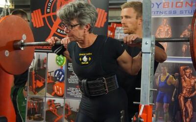 71letá babička bourá fitness mýty. Posiluje, chodí na soutěže a vyzývá ostatní ženy, aby se nebály těžkých vah