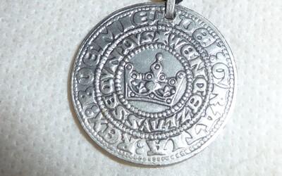 Čech na zahradě našel groše ze 14. století. Dostane nálezné půl milionu korun.