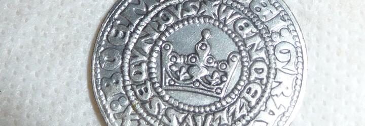 Čech na zahradě našel groše ze 14. století. Dostane nálezné půl milionu korun