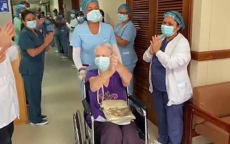 VIDEO: 85-ročnú babičku, ktorá prekonala Covid-19, vyprevádzali z nemocnice v Kolumbii potleskom.