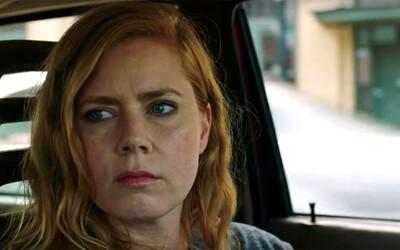 Psychicky krehká reportérka Amy Adams sa púšťa do reportáže o vraždách v mrazivej ukážke nového seriálu od HBO