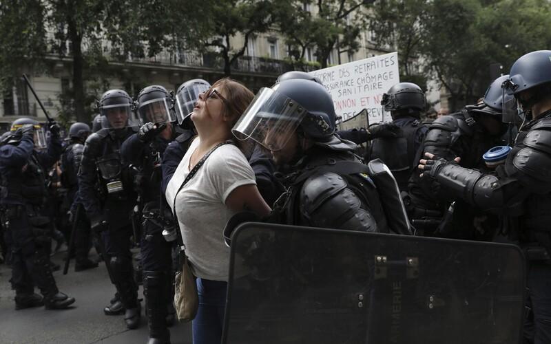 Krv aj slzný plyn: v Paríži zasahovalo 3 000 policajtov proti demonštrantom, ktorí odmietajú zvýhodňovanie zaočkovaných (Foto).