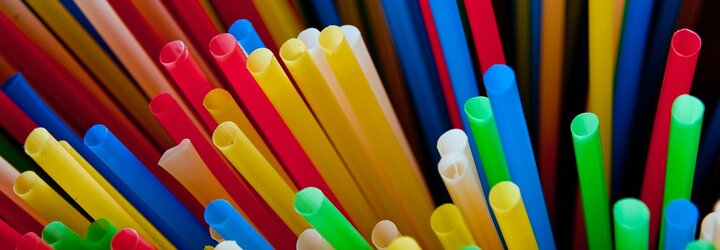Přestaneme používat brčka? Malý kus plastu zůstává na planetě stovky let, velké sítě barů jej chtějí zakázat