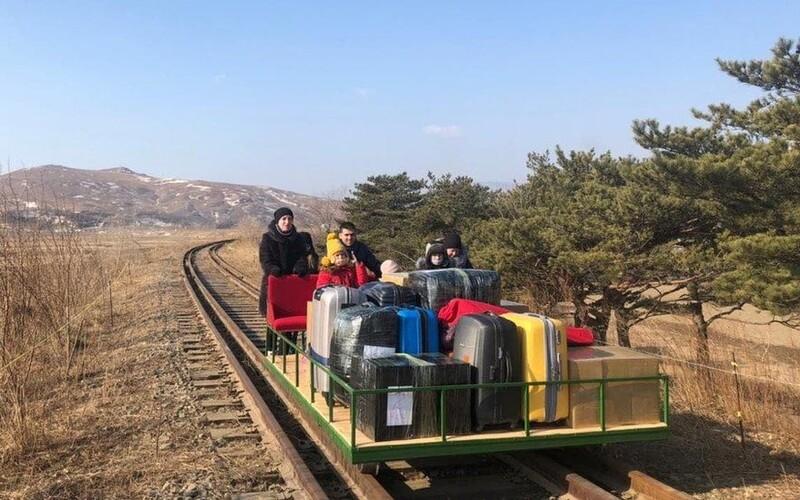 Ruský diplomat si musel ze Severní Koreje vlastnoručně odtlačit rodinu na kolejovém vozíku. Neměl jinou možnost.