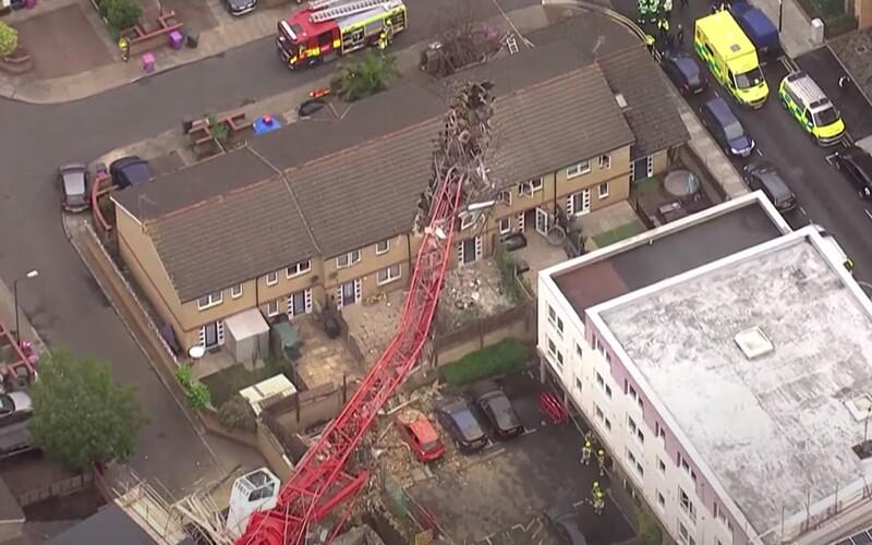 V Londýně se zhroutil 20metrový jeřáb na řadový dům, několik lidí je zraněno. Tragédii zachycuje video.