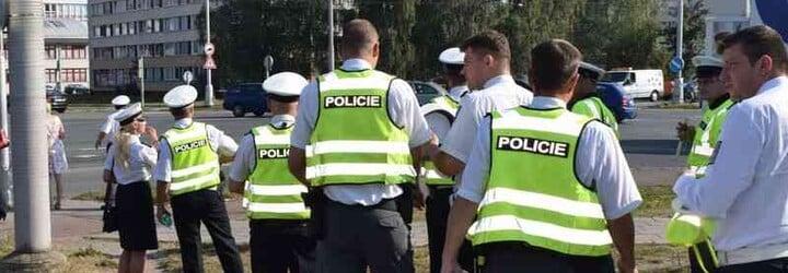Kontroly na hranicích okresů začaly. Policisté namátkově kontrolují řidiče i chodce