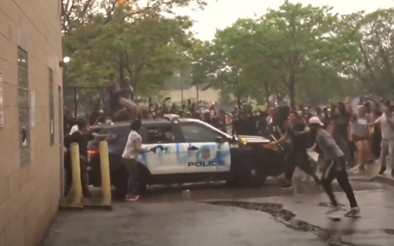 Slzný plyn, kameny a gumové projektily. Minneapolis zachvátily protesty po smrti Afroameričana, na jehož krku klečel policista.