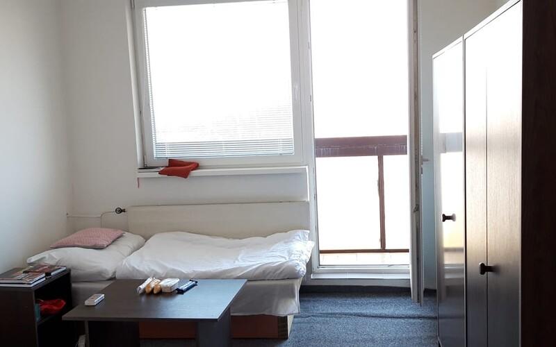 V karanténe v Gabčíkove ničia nábytok a vyhadzujú matrace z okien. Niektorí ubytovaní už strácajú trpezlivosť.