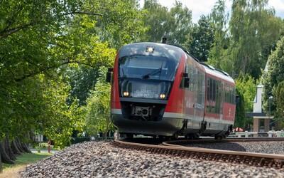 Na Břeclavsku vypadl průvodčí z vlaku a zemřel. Policie pátrá po příčině.