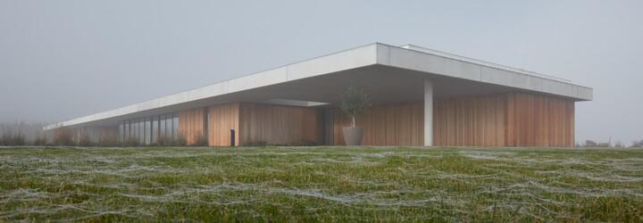 Dom, aký si ešte nevidel. Má 1 000 štvorcových metrov, vlastné stajne, pristávaciu plochu aj vnútorný bazén