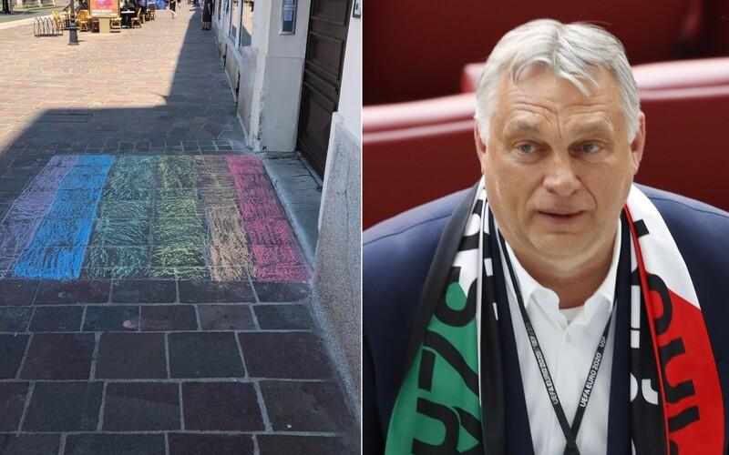 Pred maďarským konzulátom v Košiciach nakreslili dúhovú vlajku. Mladí SaSkári podpichujú Orbána.