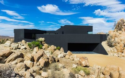Čierna rezidencia plná kontrastov uprostred púšte v Kalifornii