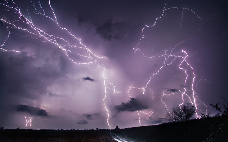 ČHMÚ zpřísňuje výstrahu: Na Česko se valí velmi silné bouře, hrozí povodně a vítr může dosahovat rychlosti až 90 km/h.