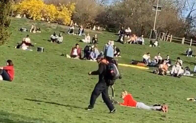 Park v Praze dnes bujel životem. Lidé nařízení vlády nerespektují, někteří chodí bez roušky.