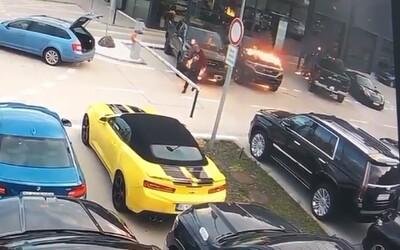 V Bratislave niekto podpálil autá za 200 000 € - páchateľ je na videu.